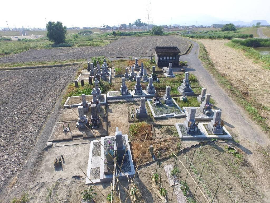 改葬する前、堤防内にかつて存在した墓地の様子。