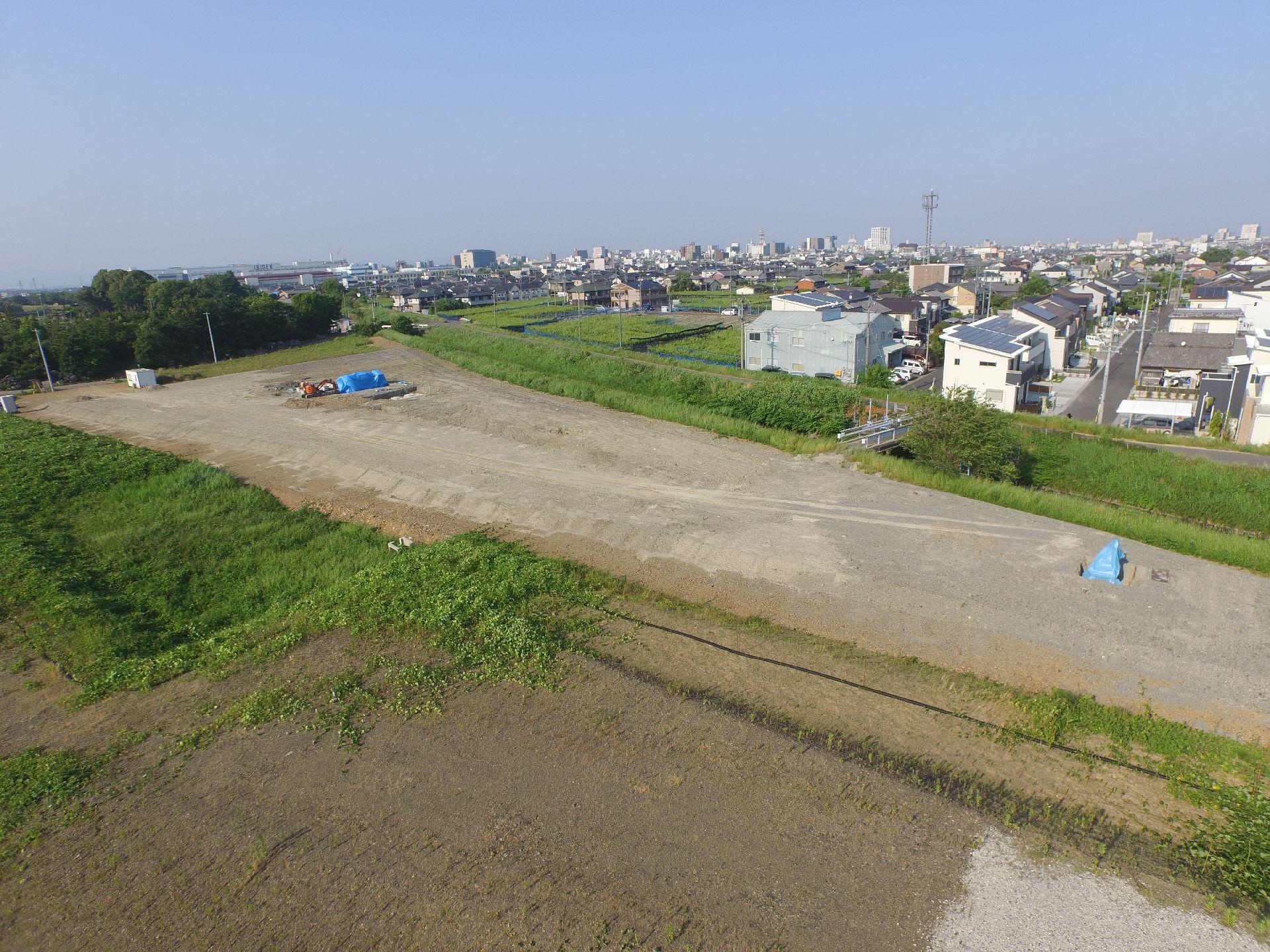 平成27年5月 大垣市発注業者による余盛によって圧密沈下を起こさせて地耐力の強化をを待っているのと並行して、水汲み場と合葬墓を施工。